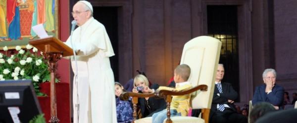 La Poltrona Del Papa.Pontificium Consilium Pro Familia Un Figlio In Braccio Al Papa